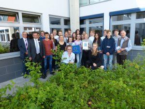 Der 10S3 des Bernhard-Riemann-Gymnasiums (Scharnebeck) wird der 1. Preis des diesjährigen Videowettbewerbs überreicht.